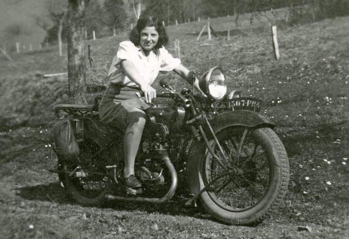 109 - Baldenberger Marguerite chevauchant sa moto